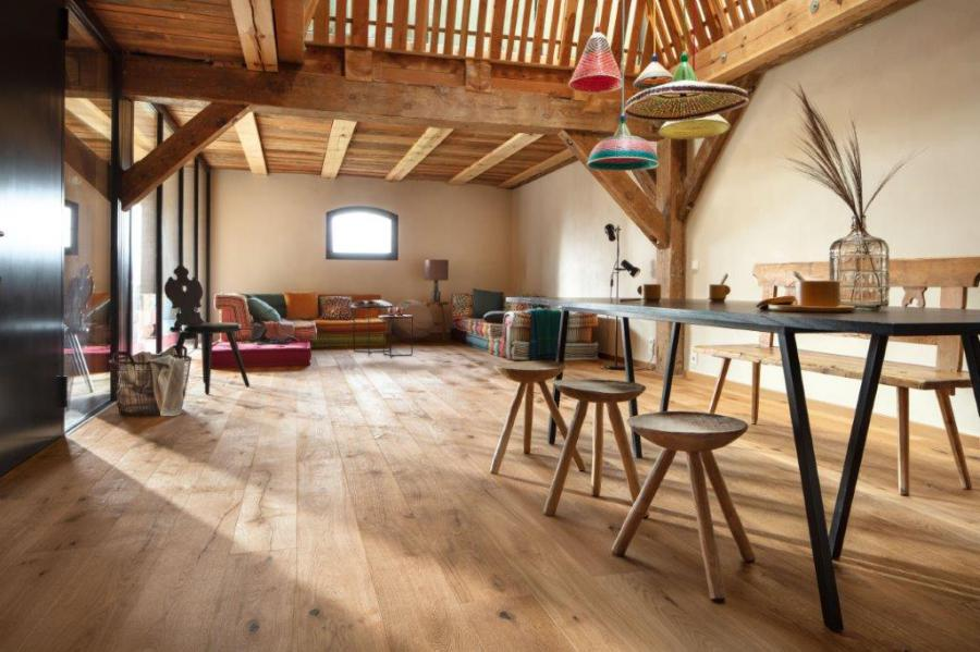 Alpine flame planks: Parquet flooring for all the senses